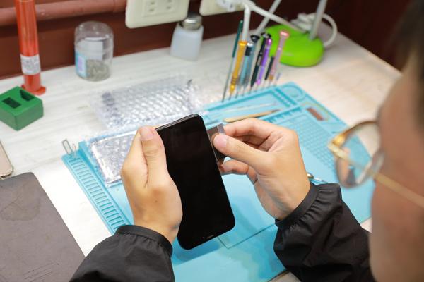 小小龜裂,但也只能直接換掉螢幕。因為iphone x是防潑水,所以密合度更緊密,iphone x換螢幕 需要一些技巧來打開。