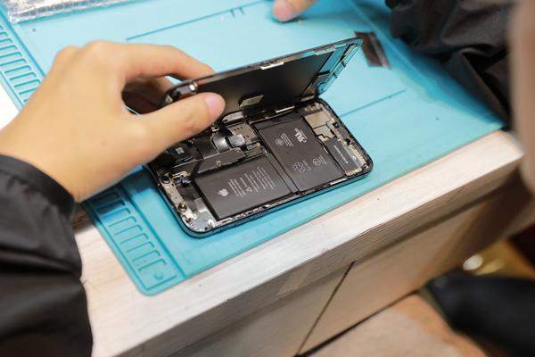 這位客人知道我們偉丞是蘋果授權的維修工程師,所以很放心地趕緊給我們幫忙iphone x換螢幕 。偉丞手機維修 。