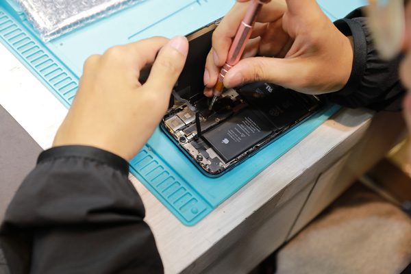 這就是iphone x的內部構造,可見現在的手機的零件都是非常的細小與精緻。