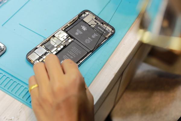 要先取下iphone x的螢幕排線,這樣才能順利換下舊的螢幕。