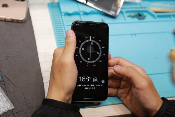 最後按下開機鍵,打開iphone x螢幕檢驗是否能順利顯示,以及試用觸碰螢幕能否順利的操作,沒什麼太大問題話,手機就能完整的交還給客人。偉丞手機維修。