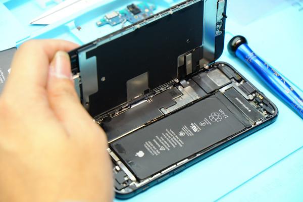 偉丞的手機維修工程師一直都有進行定時進修,精進自身維修技術,經過嚴格練習訓練以及多年維修經驗,給予顧客最好、最安全的維修品質。