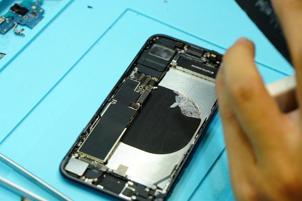 根據官方資料顯示iphone8電池容量為1821mAh,電池續航力大幅提升,且用上全新A11處理器,在高耗能的遊戲中可以體驗到流暢的效果,但是隨著時間的流逝,電池容量再大,再新的手機也會有耗損的一天。