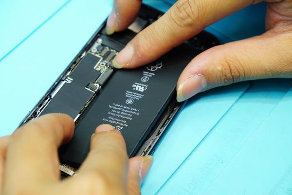 把iphone8更換成新的電池之後我們會再做一次測試,仔細檢查手機開機以及其他都沒有問題之後,才會把螺絲鎖上。