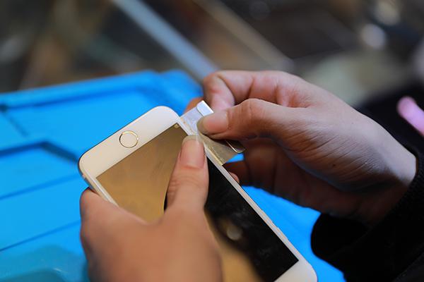 在沿著iphone 7邊緣緩緩地把膠劃開,常常聽到一般消費者在網上購買了工具想要自己幫iphone7換電池 , 但是往往會在劃膠的步驟就不小心劃到裡面的零件了,這樣有可能會造成手機零件受損,這樣可是非常危險的喔!