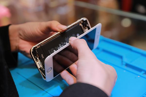把膠劃開之後,就可以慢慢的把iphone 7螢幕跟被蓋分開,上面還有連結幾條排線,也要小心不要拉扯到。