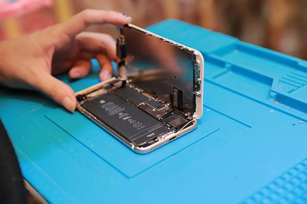 沿著iphone 7左側慢慢打開