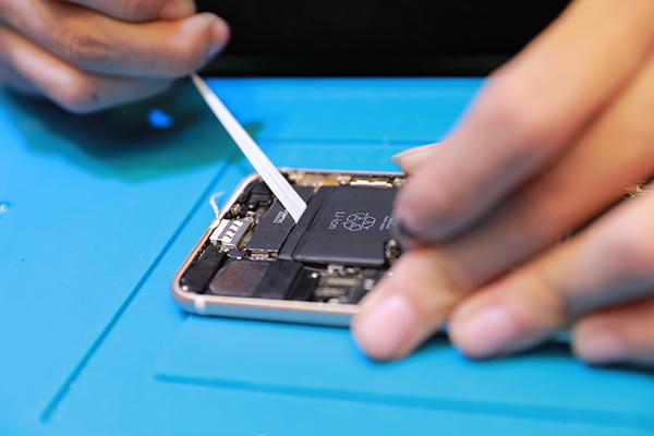 進行此步驟前一定要確定iphone 7電池已經斷開連結。