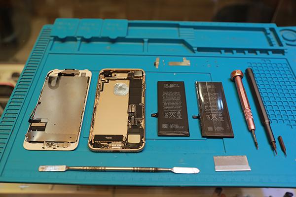 iphone 7螺絲有長有短,會先把相同長度的螺絲擺在一起等等維修完畢時會比較好分辨。