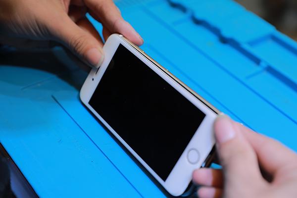終於把iphone 7更換成新的電池之後我們會再做一次測試,仔細檢查手機開機以及其他都沒有問題之後,才會把螺絲鎖上。