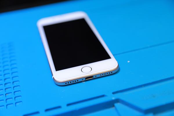把iphone 7交還給客人確認功能都沒問題之後,我們會給客人簽收維修單,若是三個月內手機有問題的話都可以再回來檢測!