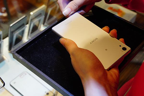 這次SONY手機換電池的型號是Xperia Z5,客人平常都是拿來當遊戲機使用,最近發現電量明明還有30%就會自己關機,打排位打到一半簡直晴天霹靂。