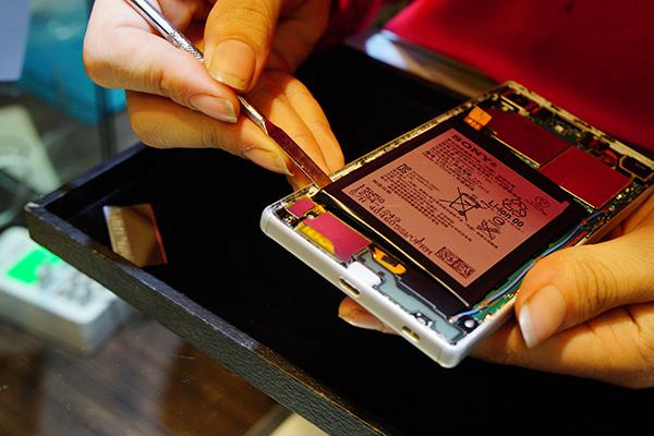 sony手機換電池 在取出電池的過程中要很小心,以免損傷手機內部其他部位。好險客人的sony手機電池尚未有電池膨脹的問題,緊接著斷開排線就可以把舊電池拔下。
