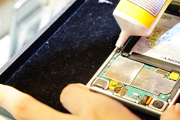 更換新的sony電池後,在沿著手機邊緣擠上維修專用膠水