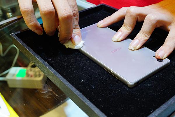 替客人手機稍做清潔後 這次sony手機換電池 完成!