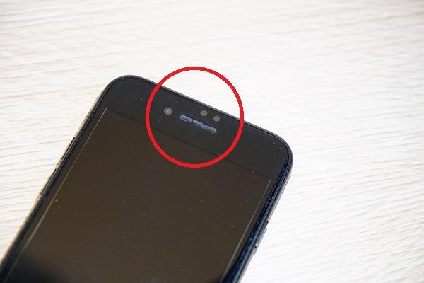 什麼原因會造成iphone聽筒沒聲音 或是很小聲呢? 一般而言通常都是使用上不小心讓水珠或是灰塵等異物掉入iphone麥克風/聽筒/喇叭,請客人們拿起自己手中的iphone看看是否和以下圖片相似呢?孔洞的部分好像金屬色一樣,其實根本已經被灰塵塞滿滿了!