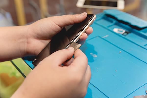 iphone螢幕維修 前還是得工商一下,我們的手機維修報價是完整公開的!! 不用擔心手機修前修後不同報價喔!! 為了讓更多想要知道iphone螢幕維修過程的朋友們可以更進一步了解,我們特別公開了此次維修過程。