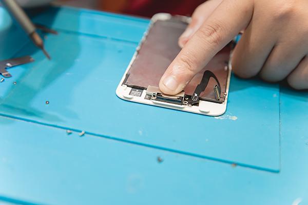 手抖人慎入!!這絕對不是在玩眼力大考驗,師傅正小心翼翼的將iphone手機零件陸續取出,先放一旁備用。