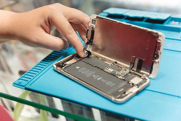 每一個拆解步驟都十分確實、細心,搭配專門的工具拆解,確保客人的iphone零件能夠在無損壞的情況下按照順序拆下。