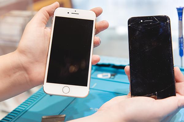 把iphone螢幕組裝回去前,師傅都會在檢測一遍,仔細確認好螢幕顯示完全正常才會把螺絲鎖上,iphone螢幕維修大功告成!!原本憂鬱走進來的主人終於可以笑著走出店裡啦!